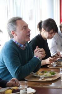 Lunchdiskussion med folkpartister. På bilden ses även FP:s gruppledare i Nyköping Sofia Remnert som deltog i besöket under dagen.