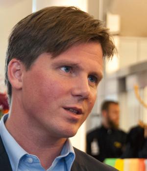 Erik Ullenhag intervjuas i samband med migrationsöverenskommelsen.