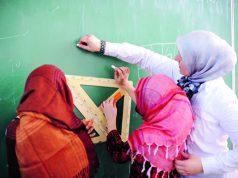 Tre kvinnor i hijab framför en griffeltavla, Foto: iStock