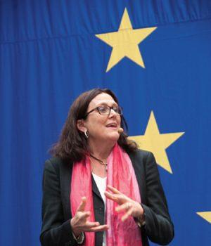 Cecilia Malmström framför blå EU-flagga med gula stjärnor